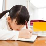 孩子乖乖坐在桌前三小時,真的用功了嗎?心理師:要孩子愛上唸書,就不能逼!